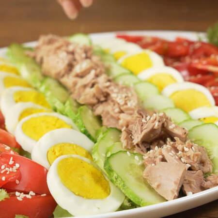 Сверху салат посыпаем кунжутными семечками. Салат готов, можно подавать на стол.