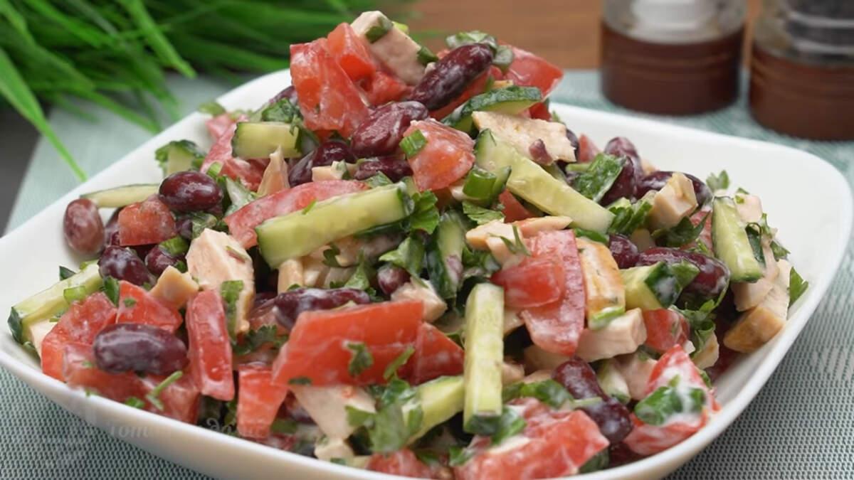 Салат получился очень вкусный и сытный, за счет мяса и фасоли. Готовится просто и быстро. Такой салат отлично подходит к любому гарниру и мясному блюду. Обязательно его приготовьте, это очень вкусно.