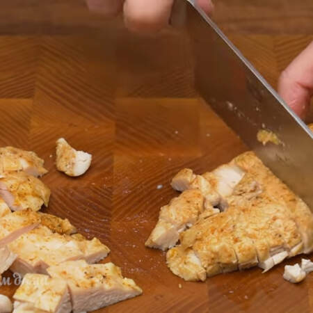 Пластинки куриного филе режем брусочками.