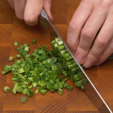 Измельчаем пучок зеленого лука.