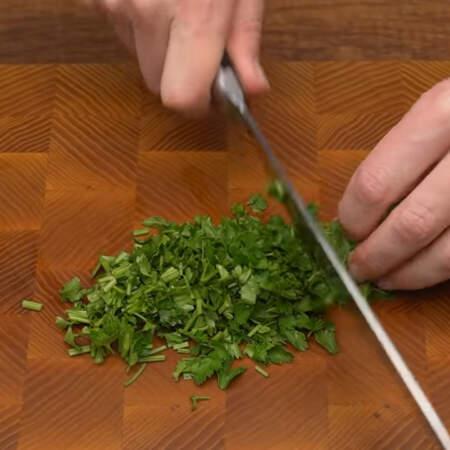 Также мелко режем пучок свежей петрушки.
