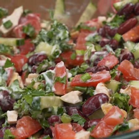 Все перемешиваем. Также салат можно заправить майонезом или сметаной.