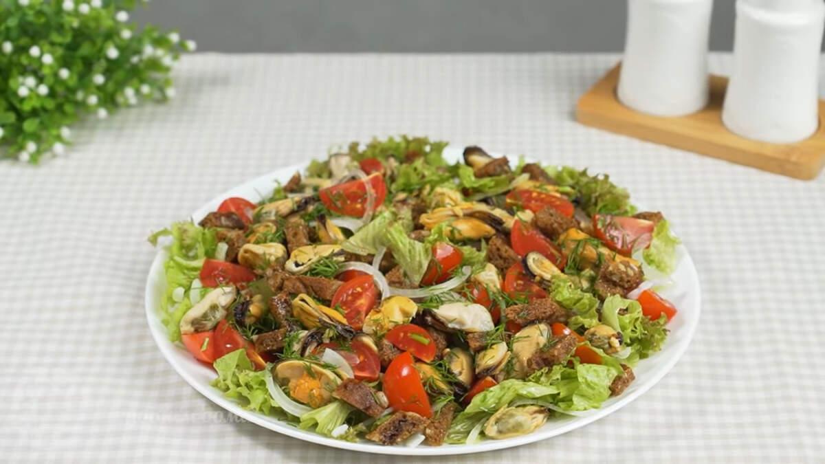 Салат с мидиями получился очень вкусный и красивый. Он отлично подходит для праздничного стола. В этом салате хорошо сочетаются мидии с помидорами и зеленью, а чесночные сухарики придают салату сытность. Обязательно приготовьте такой салат, это очень вкусно.