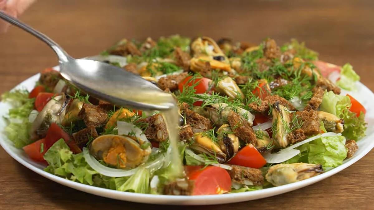 Приготовленной заправкой равномерно поливаем салат сверху. Перемешивать салат не нужно. Салат готов, можно подавать на стол.