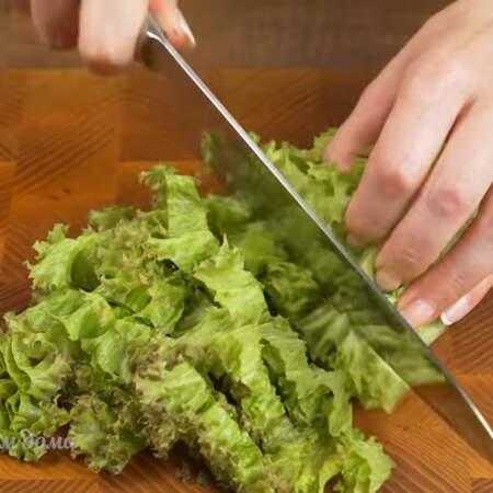 Пучок салатных листьев нарезаем на более мелкие части.
