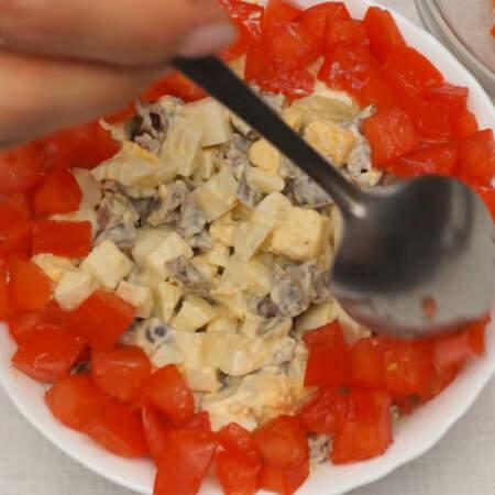 На салат по краю миски выкладываем нарезанные помидоры.