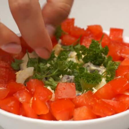 Берем несколько веточек петрушки и обрезаем у них листики. Середину салата украшаем листиками петрушки.