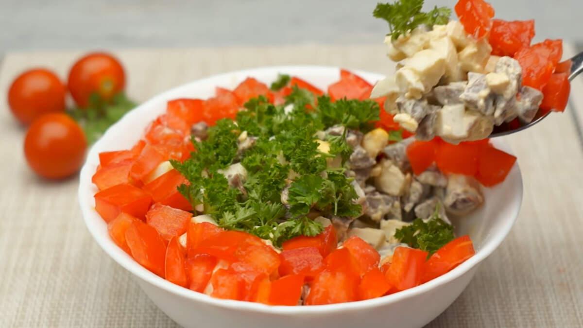 Из этого количества ингредиентов у меня получилось две небольшие мисочки салата. Салат получился вкусным, сытным и красиво смотрится на столе. Обязательно его приготовьте.
