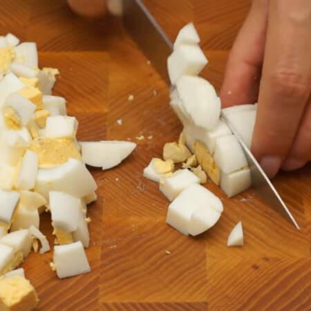 5 вареных яиц нарезаем кубиками.