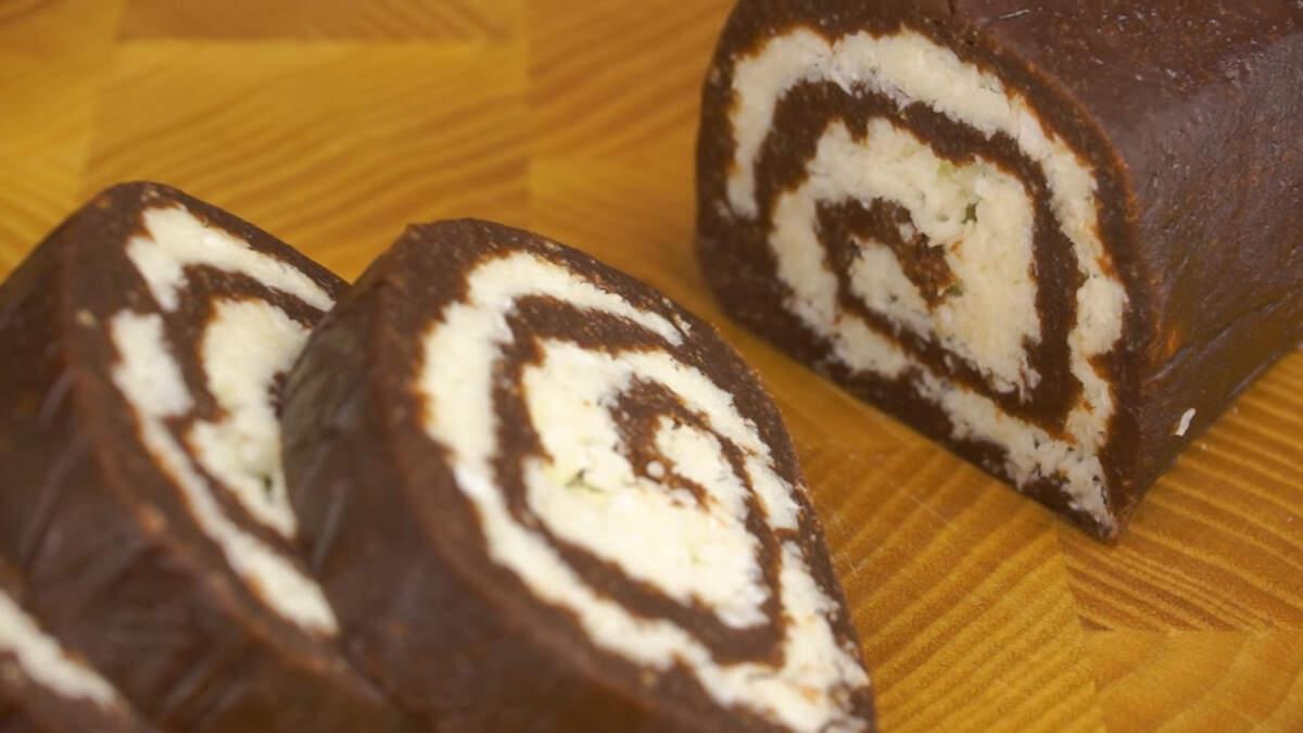 Рулет получился очень вкусный. В нем очень удачно сочетаются нежная шоколадная масса и воздушный кокосовый слой. Это очень напоминает по вкусу шоколадный батончик Баунти.
