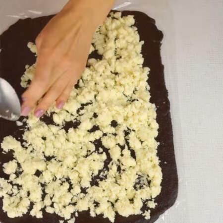 На шоколадный слой равномерно выкладываем кокосовую начинку.