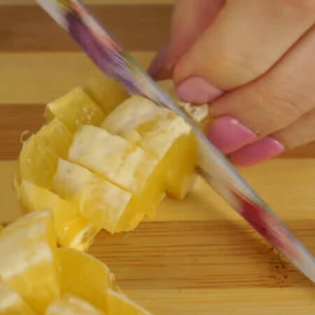 и нарезаем их кусочками. Если в апельсинах есть косточки, то их нужно удалить.