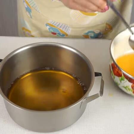В кастрюлю, в которой будем собирать торт, выливаем чуть больше половины желе. Кастрюлю с желе ставим в холодильник на 10-15 минут, чтоб желе застыло.