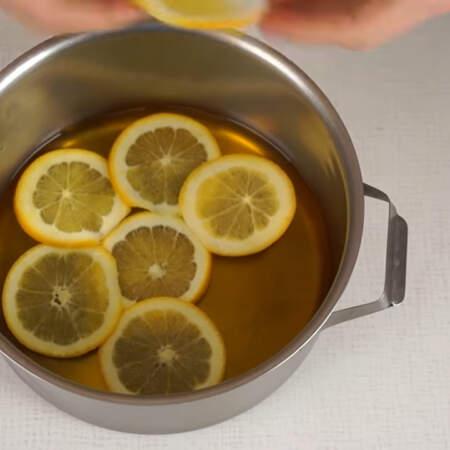 Желе простояло в холодильнике 10 минут и полностью застыло.  На желе красиво выкладываем апельсины. Вместо апельсина можно взять, например, консервированный персик.