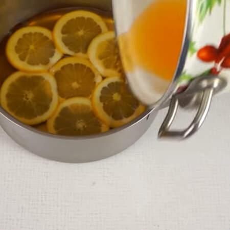 Апельсины заливаем оставшимся желе и ставим в холодильник на 10 минут.