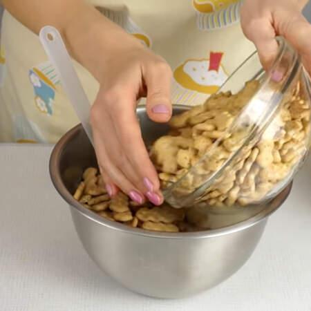 В сметанную смесь высыпаем крекер и нарезанные апельсины.