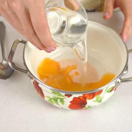 1 пачку желе со вскусом апельсина высыпаем в кастрюльку и заливаем желе водой.