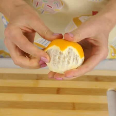 С остальных двух апельсинов счищаем кожуру