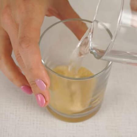 Быстрорастворимый желатин тоже заливаем водой из расчета 100 мл воды на 15 г желатина.