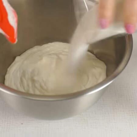 Готовим крем.  Сметану выливаем в миску и к ней добавляем сахар.