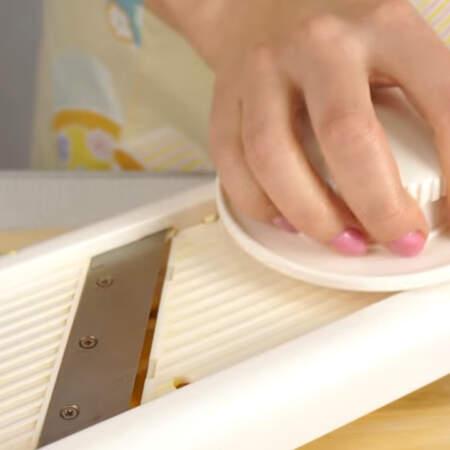Пока набухает желатин и растворяется сахар в сметане, подготовим апельсины. Один апельсин разрезаем пополам и нарезаем его тонкими кружочками при помощи слайсера.