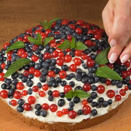 Торт сверху украшаем ягодами черники и красной смородины. По желанию торт еще можно украсить листиками мяты. Торт готов.