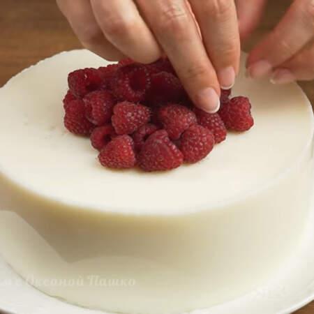 Сверху торт украшаем свежей малиной. Торт готов, можно подавать на стол.