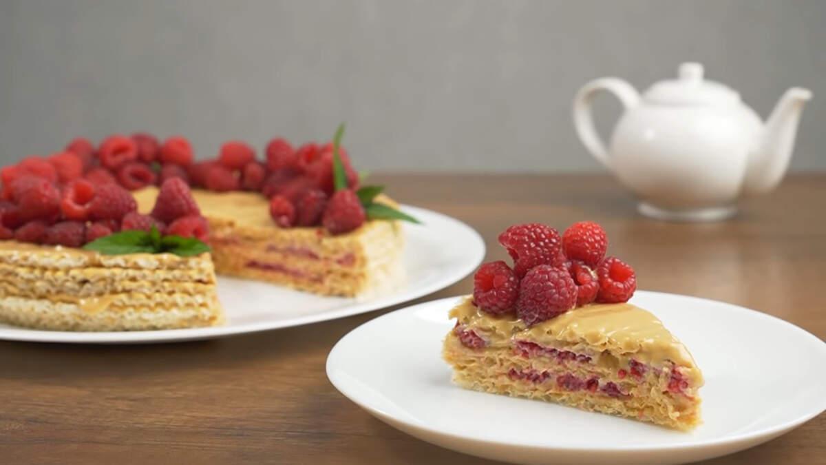 Вафельный торт с малиной получился очень вкусным и ароматным. Сладкий крем отлично разбавляют кисло-сладкие ягоды малины. Обязательно его приготовьте, это очень просто и быстро.