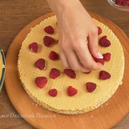 На крем пятого коржа снова кладем ягоды малины. Всего для торта, вместе с украшением, понадобилось 400 г малины.