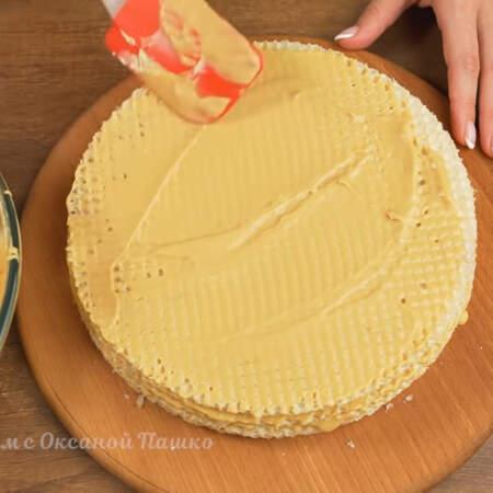 Сверху торт накрываем еще двумя вафельными коржами.