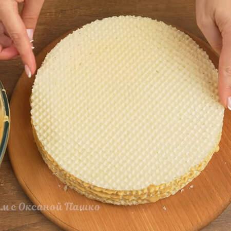 Самый верхний корж пока что смазывать не нужно. Для торта я использовала 7 вафельных коржей диаметром 22 см. 2-3 ст.л. крема оставляем для украшения торта.