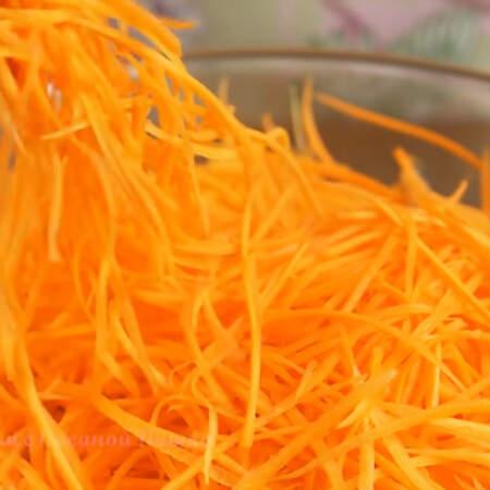 Точно также трем свежую морковку. Ее понадобится 300 г. Это две не сильно длинных, но толстеньких морковки. Выходит вот такая красивая лапша из моркови.