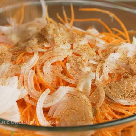 Наливаем 3-4 ст.л. 6% яблочного уксуса и насыпаем 30 г приправы для моркови по корейски, рассчитанную на 1 кг моркови.