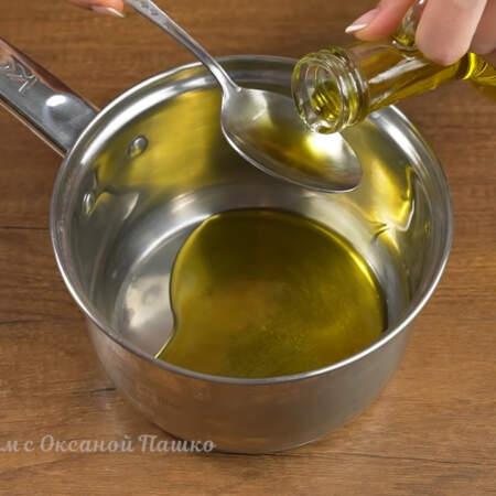 В сухой чистый сотейник наливаем 3 ст. л. растительного масла и ставим на огонь.