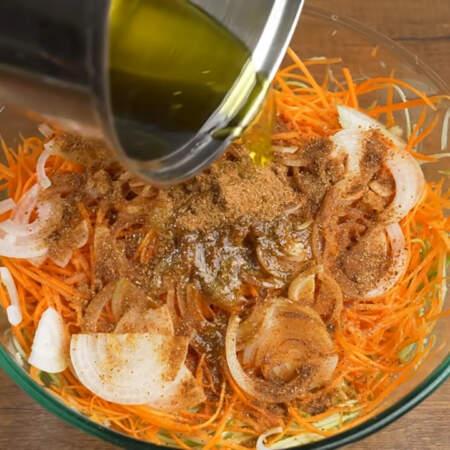 Как только масло закипит, снимаем его с огня и сразу же выливаем на приправу с овощами. Горячее масло лучше раскроет ароматы приправы.