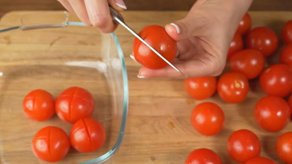 1 кг помидоров черри моем и на каждом помидоре делаем 2 надреза накрест примерно до половины помидора.