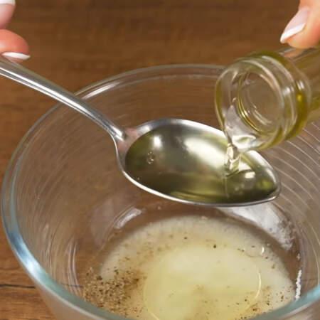 Наливаем 2 ст.л. уксуса. Я использую яблочный, но также можно использовать столовый 9%. Наливаем 2 ст.л. растительного масла.
