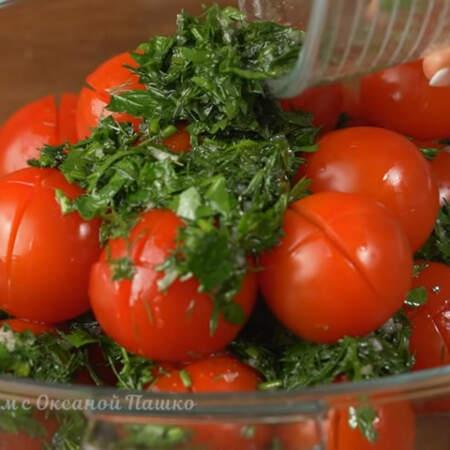В кастрюлю кладем примерно половину подготовленных помидоров. На них выкладываем часть маринада с зеленью. Опять кладем помидоры. И оставшийся маринад.
