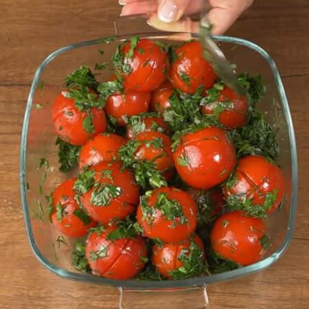 Все аккуратно перемешиваем ложкой, чтобы маринад лучше распределился по помидорам.