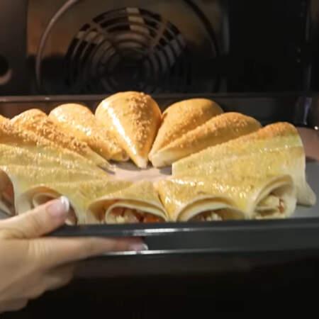 Закуску ставим в духовку разогретую до 180 градусов. Запекаем примерно 10-15 минут.