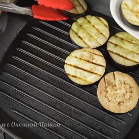 Обжаренные баклажаны  снимаем со сковороды. Также баклажаны можно жарить и на обычной сковороде.