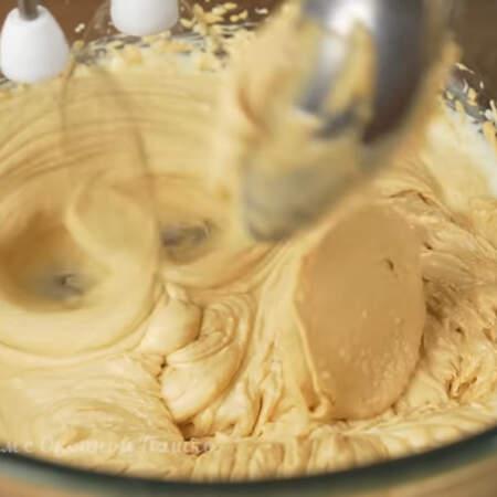 Ко взбитому маслу постепенно, небольшими порциями, добавляем творожную массу не прекращая взбивание.