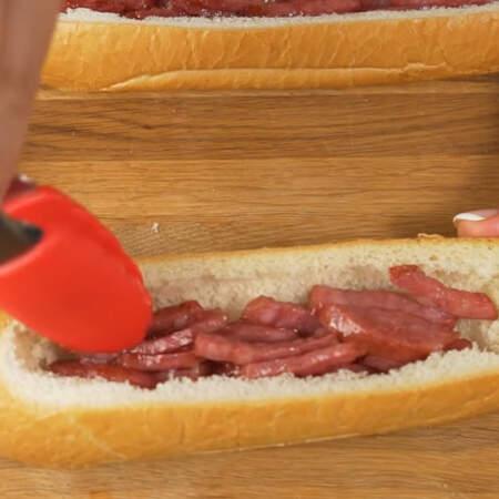В каждую булочку кладем обжаренную колбасу.