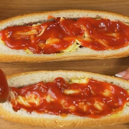 Смазываем томатным соусом или кетчупом. Это количество ингредиентов рассчитано на 4 хот дога.