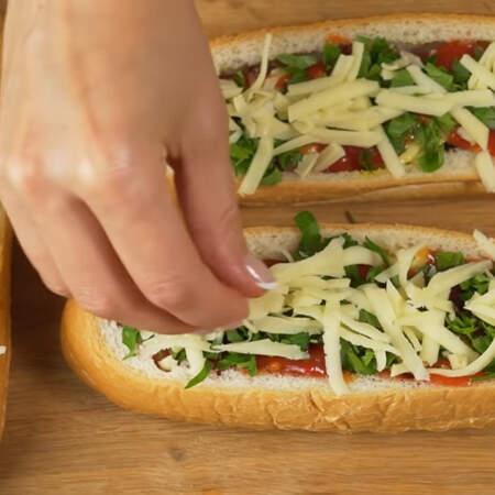 На зелень выкладываем оставшийся тертый сыр. Также вместо длинных булочек, можно использовать круглые, тогда их получится 8 шт.
