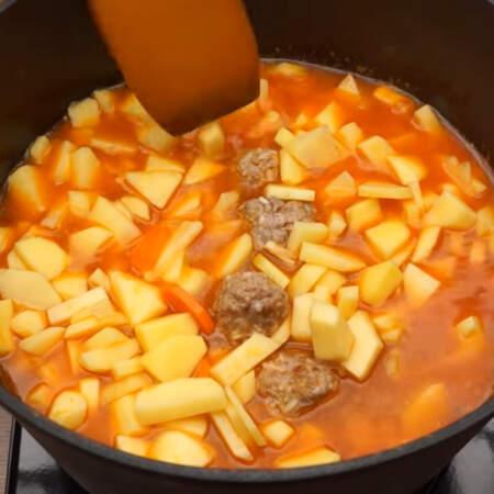Жидкость должна покрывать картофель, чтоб ему было в чем варится. Если нужно, то доливаем еще кипятка. Казан накрываем крышкой и тушим после закипания примерно 15-20 минут.