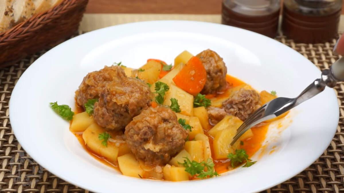 Блюдо получилось очень вкусное, ароматное и сытное. Такая картошка с тефтелями  понравится как взрослым так и детям. Обязательно ее приготовьте.