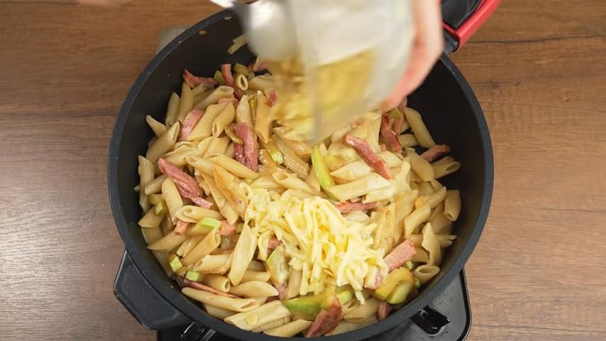Готовый соус выливаем на макароны. Все перемешиваем и готовим еще 2-3 минуты. Готовое блюдо подаем на стол в горячем виде.