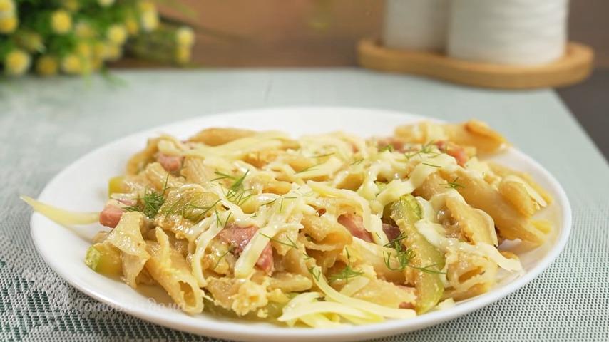 Паста карбонара получилась очень вкусной и ароматной. Во время подачи посыпаем ее сверху оставшимся тертым сыром и измельченной зеленью. Кабачок придает блюду сочность и особенный вкус. Обязательно ее приготовьте, это очень вкусно.