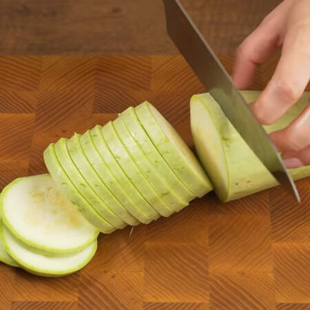 Кабачок тоже сначала режем кружочками, а затем брусочками. Понадобится примерно 300 г кабачка.